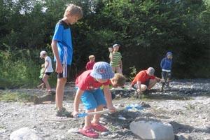 Am Wasser gibt es für Eltern und Kinder viele Möglichkeiten zum Spielen...