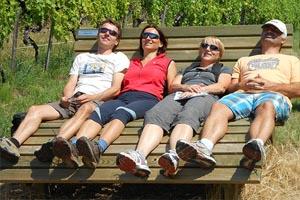 Die Eltern entspannen sich, während die Kinder mit ihren neuen Freunden vergnügen...