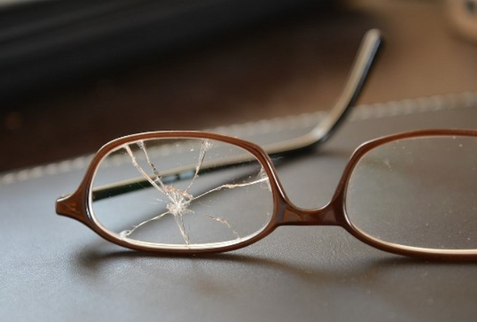 Die Sicht durch das zerbrochene Brillenglas
